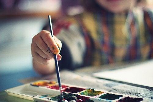 Dziecko maluje farbami