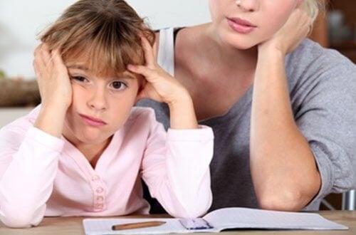 Wymagająca matka wychowuje dzieci odnoszące sukcesy