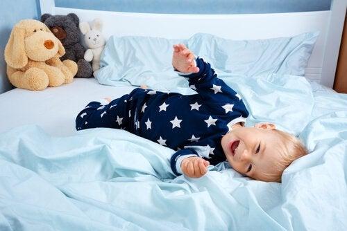 Jeśli potraktujesz samodzielne spanie jako nagrodę, dziecko będzie chętniej szło do własnego pokoju.