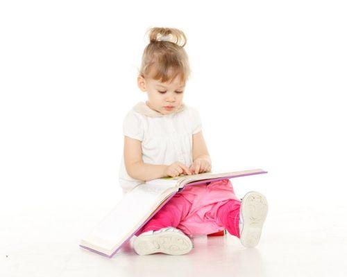 Dziewczynka uczy się z książki jak przestrzegać higieny