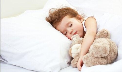 Samodzielne spanie, czyli przejście dziecka z łóżeczka do łóżka