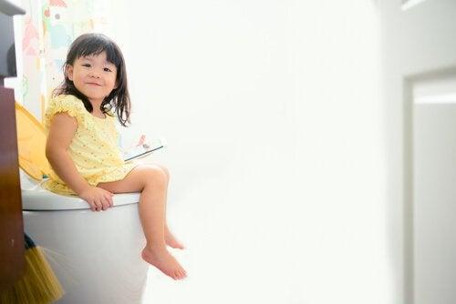 Dziewczynka uczy się korzystać z toalety