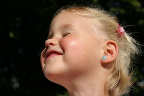 Przekłuwanie uszu u dziecka – najważniejsze zasady