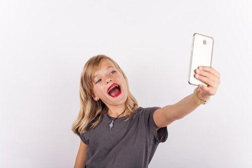Etap egocentryczny -nastolatka robi selfie