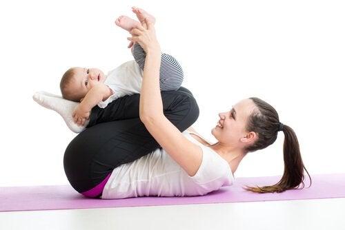 Jak wzmocnić mięśnie niemowlęcia - ćwiczenia z mamą