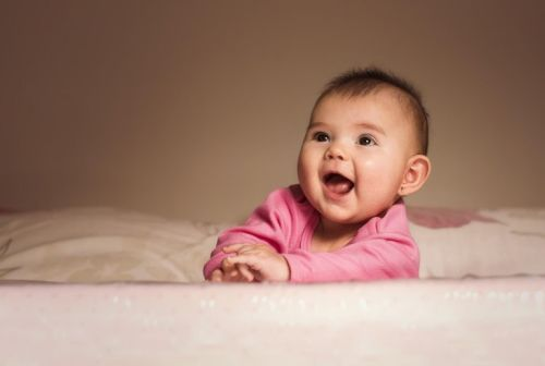Kolczyki dla niemowląt - uśmiechnięte dziecko