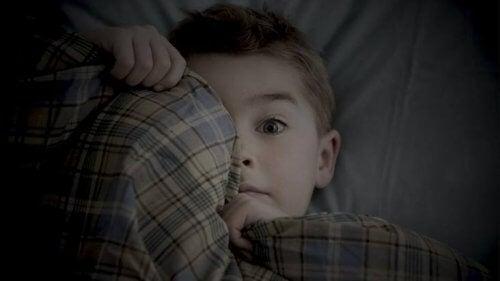 Lęki 6-letnich dzieci - chłopiec boi się ciemności