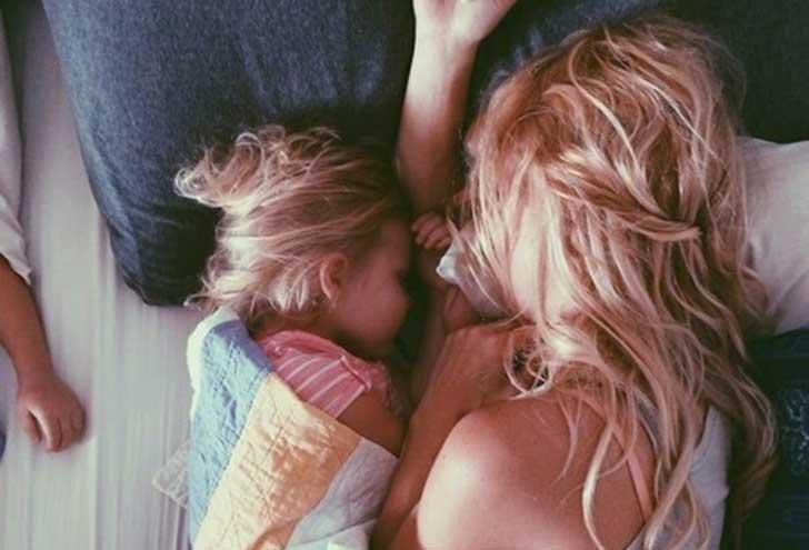 Mama i córka śpią razem
