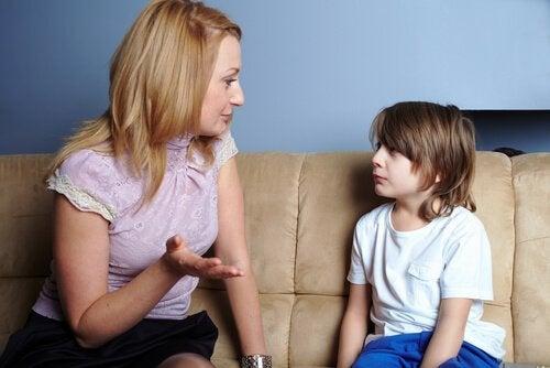 Mama i syn siedzący na kanapie i rozmawiający