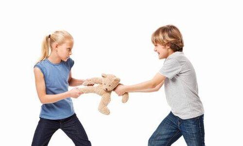 objawy psychopatii u dzieci - agresja między rodzeństwem