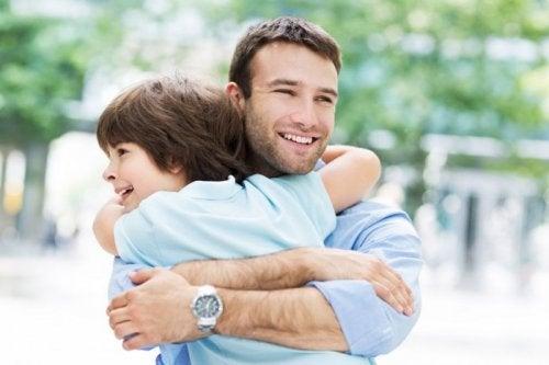 Szczęśliwy ojciec obejmuje syna