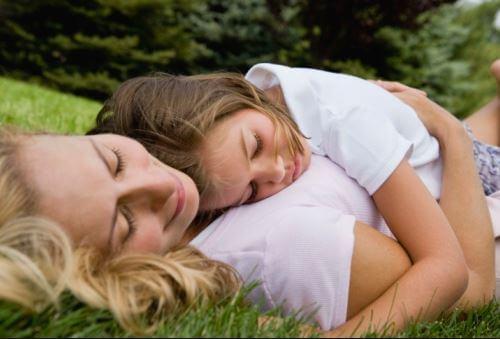 Matka przytulająca swoją córeczkę