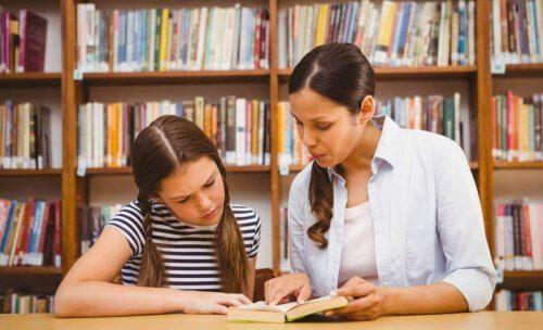 Dziecko ma problemy w szkole - uczennica i nauczycielka w bibliotece