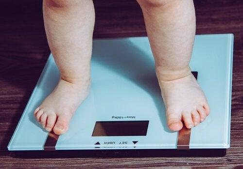 Dziecko stojące na wadze