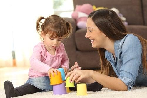 Zabawki edukacyjne dla 2-latków - szczęśliwe mama i córka