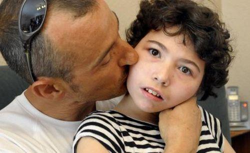 Zespół Retta - ojciec całuje w policzek chorą dziewczynkę