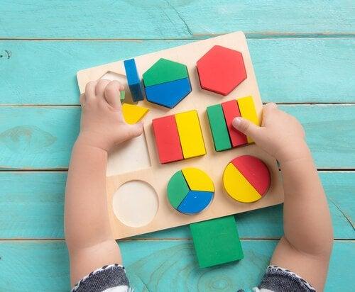 12-miesięczne dziecko rozpoznaje kształty geometryczne
