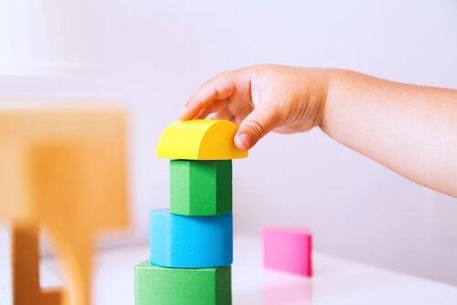12-miesięczne dziecko - układa wieżę z klocków