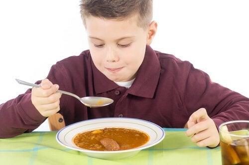 Chłopczyk je zupę
