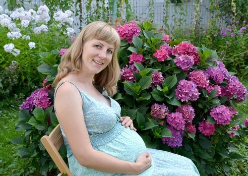 Ciąża po 30 - kobieta odpoczywa w ogrodzie