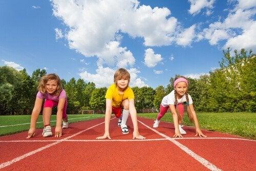Uprawianie sportu w dzieciństwie ma znaczenie dla całego późniejszego życia dziecka.