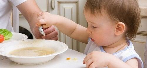 Dziecko nabierające zupę łyżką - przepisy dla dziecka