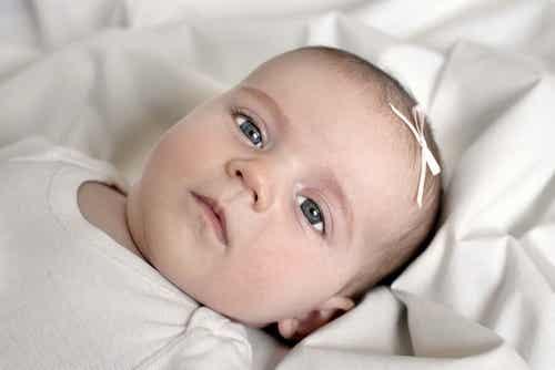 Dlaczego dzieci mają szare oczy w momencie narodzin?