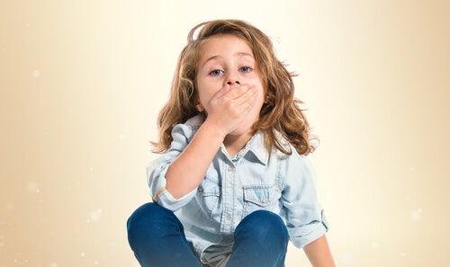 Dziewczynka zakrywa usta