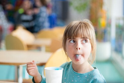 Dziewczynka je lody