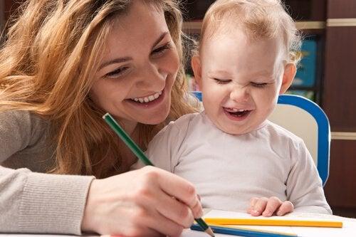 Jak pomóc dzieciom w nauce pisania - mama uczy dziecko pisać