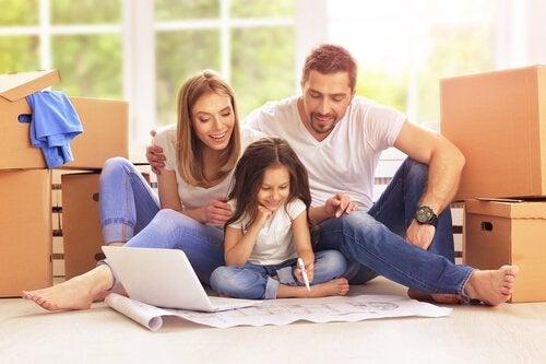 Jak pomóc dzieciom w nauce pisania - rodzice uczą córkę pisać