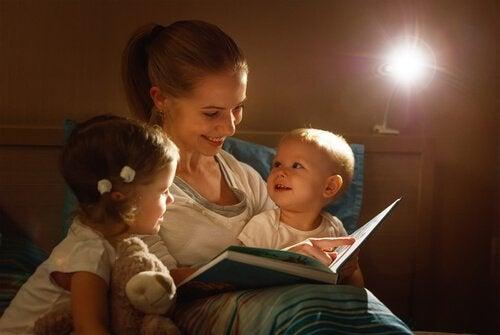 Mama czyta dzieciom na dobranoc