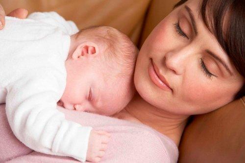 Mama i dziecko drzemią na sofie