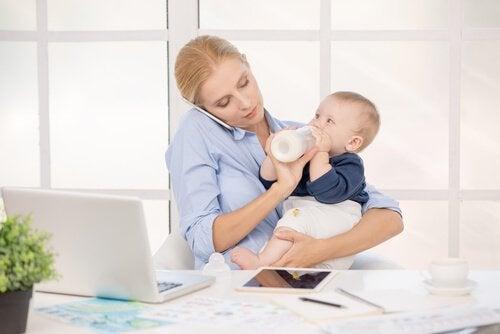 Mama rozmawiająca przez telefon i karmiąca dziecko