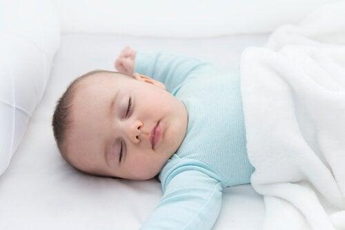 Niemowlę śpiące na plecach
