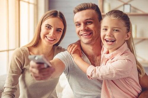 Rodzice i dziecko oglądają razem telewizję