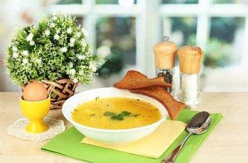 Rosół na talerzu, obok sól, pieprz i jajko - pyszne przepisy dla dzieci