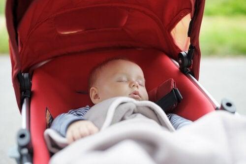 Dziecko na spacerze śpi w wózku