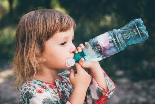 Sposoby na zaparcia u dzieci - dziecko pije wodę