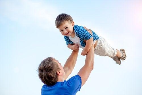 Tata bawi się z synem