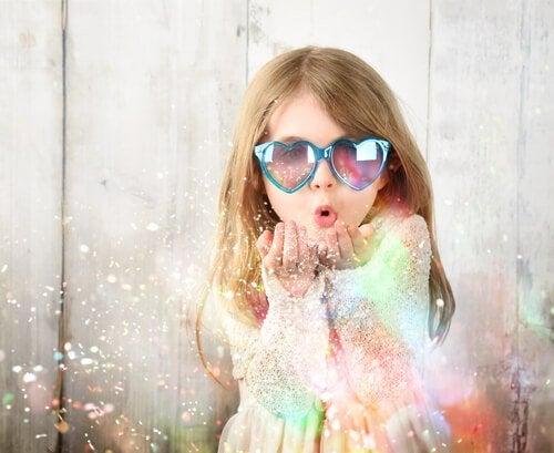 Zadowolona dziewczynka potrafi kontrolować negatywne emocje