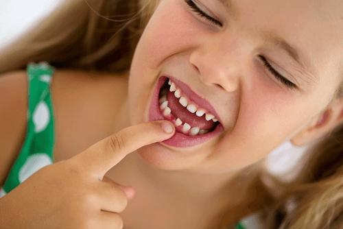 Zęby mleczne u dziewczynki