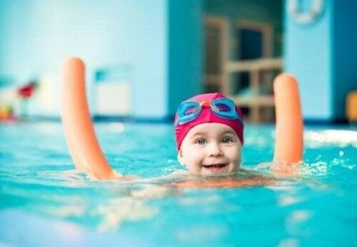 Dziecko pływa w basenie