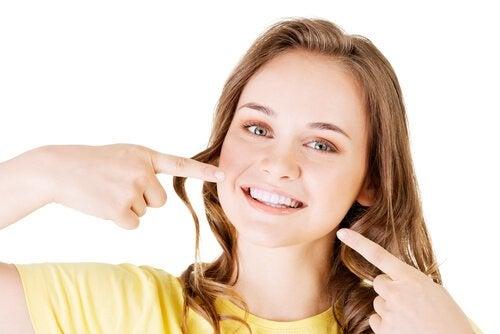 Kobieta pokazuje biały uśmiech