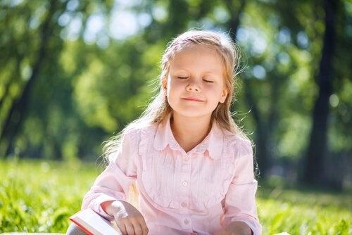 Dziewczynka czyta na łące