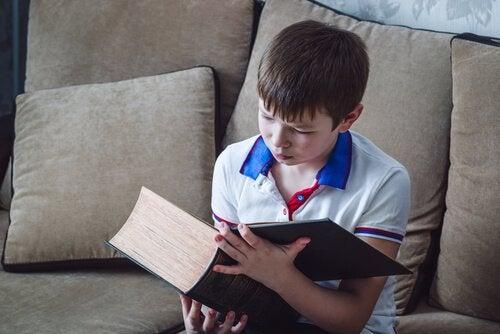 Hiszpańskie imiona chłopięce - chłopiec czyta grubą księgę