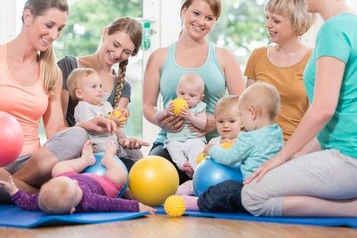 Mamy na siłowni siedzące z niemowlętami na kolanach - siłownie dla dzieci