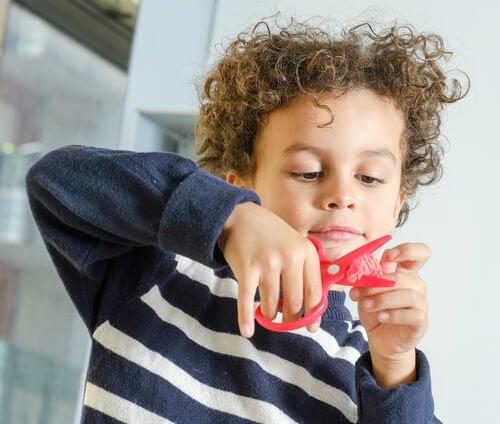 Nauka wycinania nożyczkami - chłopiec
