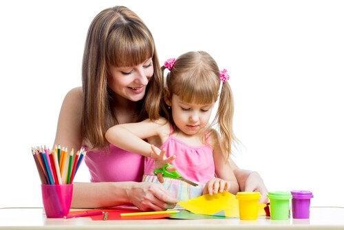 Nauka wycinania nożyczkami - mama i córka