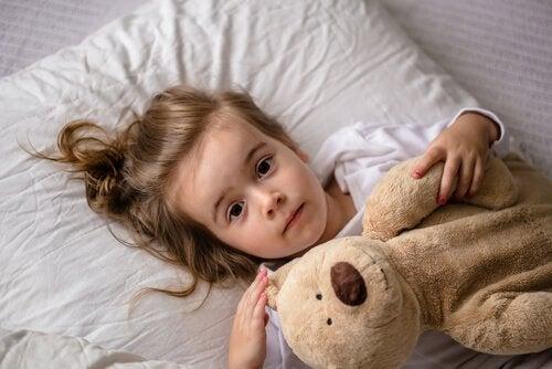 Mała dziewczynka odczuwa niepokój
